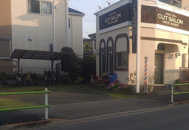 ヒロズバーバー薬師通り(床屋)のお店と駐車場の画像