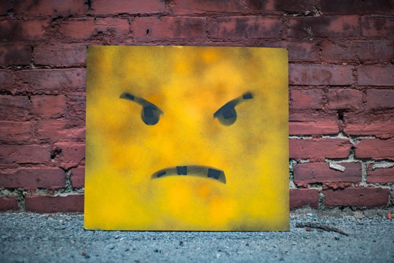 怒りの感情を表しているキャラクターの画像