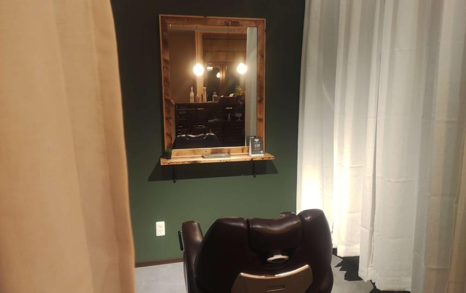 ヒロズバーバーの少し暗くした個室スペースの画像